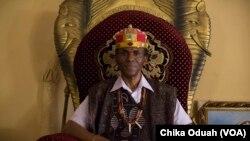 Christopher Ejiofor, un roi traditionnel, connu comme un igwe, dans sa communauté dans l'état d'Enugu, dans le sud-est. (VOA)