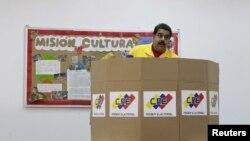 Nicolás Maduro vota durante las primarias del partido socialista. Expresidentes hispanoamericanos exigen elecciones libres.
