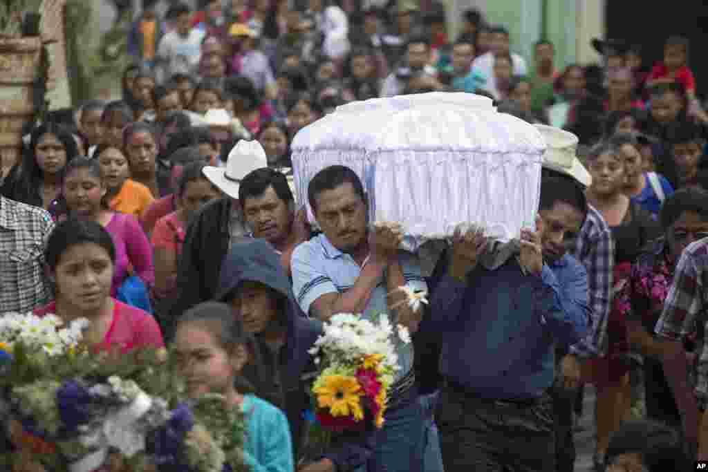 مراسم تشییع جنازه یک دختر چهارده ساله در کشور گواتمالا. او همراه ۳۹ کودک دیگر در آتشی در یک سرپناه کودکان جان خود را از دست داد.