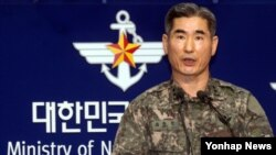 """6일 한국 국방부에서 합참 작전부장 김용현 소장이 최근 북한 인민군 최고사령부 성명을 비롯한 군사위협에 대한 입장을 발표하고 있다. 김 소장은 """"북한이 도발을 감행한다면 단호하게 응징할 것""""이라고 말했다."""