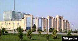 Balkandan gətirilmiş fəhlələr Buta Palace kimi dəbdəbəli binaların inşasına cəlb olunublar.