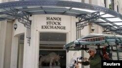 Bên ngoài trụ sở Thị trường chứng khoán Hà Nội trên phố Tràng Tiền. Việt Nam được Bloomberg đánh giá là thị trường IPO náo nhiệt nhất khu vực Đông Nam Á.