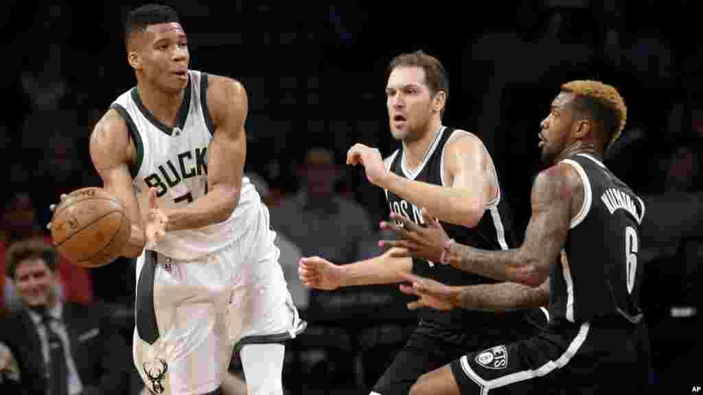 Giannis Antetokounmpo au contre. Le jouer grec et ses coéquipiers des Bucks sont partout dans le Top 10 de dimanche, leur match face au Brooklyn Nets se termine sur un score de 109 a 100.
