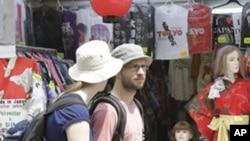日本东京商场的外国游客(资料照片)