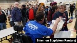 Timothy Boytor, chef de bureau de vote au lycée Cheyenne High School, dirige les électeurs lors du caucus du Nevada, à North Las Vegas, le 22 février 2020. (REUTERS/Shannon Stapleton)