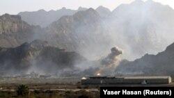 Aden'in en büyük cephaneliğinde meydana gelen patlamanın ardından Cebel Hadid karargahı üzerinden yükselen dumanlar