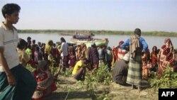 Dân làng Bangladesh chờ đợi tin thân nhân gần nơi xảy ra vụ chìm tàu ở sông Surma, ngáy 19/12/2010