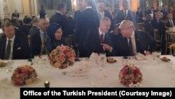 Tổng thống Recep Tayyip Erdogan nói chuyện với Tổng thống Mỹ Donald Trump tại buổi dạ yến do Tổng thống Pháp Emmanuel Macron tổ chức ở Paris ngày 10/11/2018.