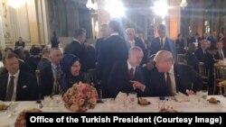 Türkiyə prezidenti Rəcəb Tayyib Ərdoğan və ABŞ prezidenti Donald Tramp Fransa prezidenti Emmanuel Makronun təşkil etdiyi şam yeməyi zamanı, Paris, 10 noyabr, 2018.