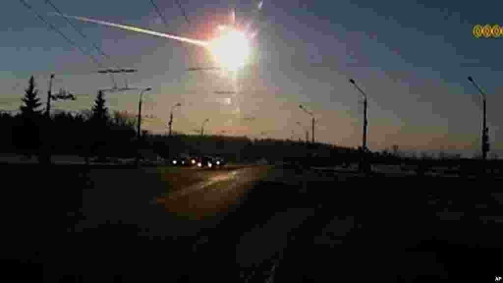 Cahaya dari meteor yang jatuh di Rusia.