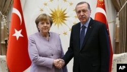 Le président turc Recep Tayyip Erdogan, à droit, rencontre la Chancelière allemande Angela Merkel à Ankara, Turquie, le 2 février 2017.