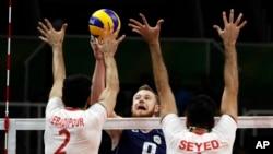 ایوان زایتسف، مهاجم ایتالیا در مقابل ایمان عبادیپور و محمود موسوی، والیبالیست های ایران