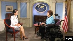 Bà Judith Heumann (phải) trong cuộc phỏng vấn với đài VOA về chuyến đi thăm Việt Nam để cổ võ cho quyền của người khuyết tật