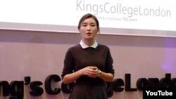 탈북자 체리 양 씨가 최근 영국의 킹스칼리지런던에서 열린 테드엑스 강연에서 북한에서의 경험에 대해 이야기하고 있다.