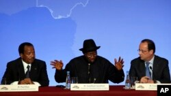 Từ trái: Tổng thống Cameroon Paul Biya, Tổng thống Nigeria Goodluck Jonathan, và Tổng thống Pháp Francois Hollande dự một cuộc họp báo, 17/5/14
