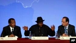 លោក Goodluck Jonathan (រូបកណ្តាល) ប្រធានាធិបតីនីហ្សេរីយ៉ា ឆ្លើយសំណួរជាមួយនឹងប្រធានាធិបតី Paul Biya របស់ប្រទេសកាមេរូន (រូបឆ្វេង) និងសមភាគីបារាំងរបស់លោកគឺ លោកប្រធានាធិបតី Francois Hollande ក្នុងសន្និសីទកាសែតបញ្ចប់កិច្ចប្រជុំក្រុងប៉ារីសសម្រាប់សន្តិសុខនៅក្នុងប្រទេសនីហ្សេរីយ៉ា ក្នុងក្រុងប៉ារីស ប្រទេសបារាំង កាលពីថ្ងៃទី១៧ ខែឧសភា ឆ្នាំ២០១៤។