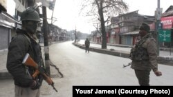 بھارتی کشمیر میں جمعے کے روز احتجاجی مارچ روکنے کے لیے سخت سیکیورٹی انتظامات کے بعد سڑکیں سنسان پڑی ہیں۔ 2 فروری 2018