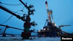 2019年3月11日俄羅斯石油公司擁有的油田井口和鑽機。