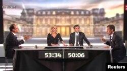 Kandidat Capres Perancis Francois Hollande (kiri) dan Presiden Nicolas Sarkozy (kanan) bersama wartawan David Pujadas (dua dari kanan) dan Laurence Ferrari (dua dari kiri) dalam acara debat Capres Perancis di televisi France2 (2/5).