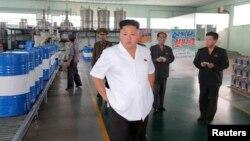 Lãnh tụ Bắc Triều Tiên Kim Jong Un thăm Nhà máy Dầu nhớt Chonji tại Bình Nhưỡng, ngày 6/8/2014.