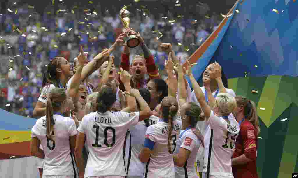 The United States Women's National Team celebrates with the trophy after they beat Japan 5-2 in the FIFA Women's World Cup soccer championship in Vancouver, British Columbia, July 5, 2015.
