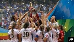 Las jugadoras estadounidenses celebran la Copa Mundial en Vancouver, Canadá.