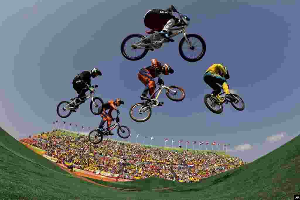 سائیکلنگ کے سیمی فائنل مقابلے میں کھلاڑی ایک دوسرے پر سبقت لے جانے کی کوشش کر رہے ہیں۔