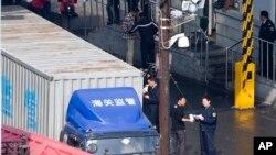 중국 단둥 세관 직원이 북한으로 향하는 화물 서류를 확인하고 있다. (자료사진)