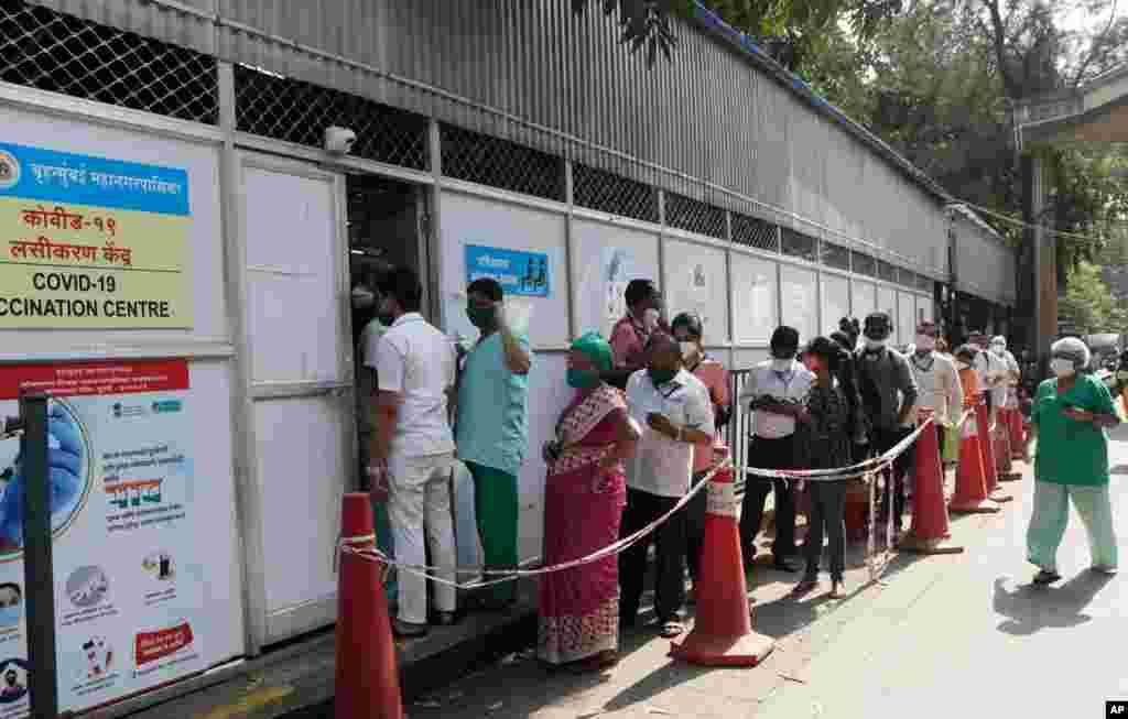 صف واکسیناسیون در شهر بمبئی هند.