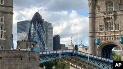 Tower Bridge untuk menyeberangi Sungai Thames macet dalam posisi terbuka hingga mengacaukan lalu lintas, di London, 22 Agustus 2020.