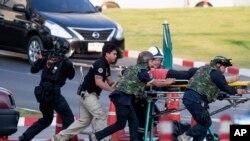 Lực lượng biệt kích Thái Lan đưa người ra khỏi trung tâm mua sắm Terminal 21.