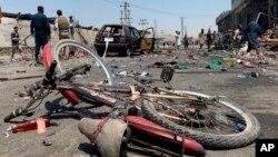 Oštećeni bicikl na mestu samoubilačkog napada u Kabulu