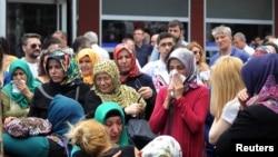 土耳其伊斯坦布爾的阿蒂塔爾國際機場爆炸案發生後,乘客家屬焦急等候消息。