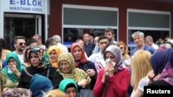 خانواده قربانیان و مجروحان حمله در فرودگاه باکرکوی استانبول- چهارشنبه ۲۹ ژوئن