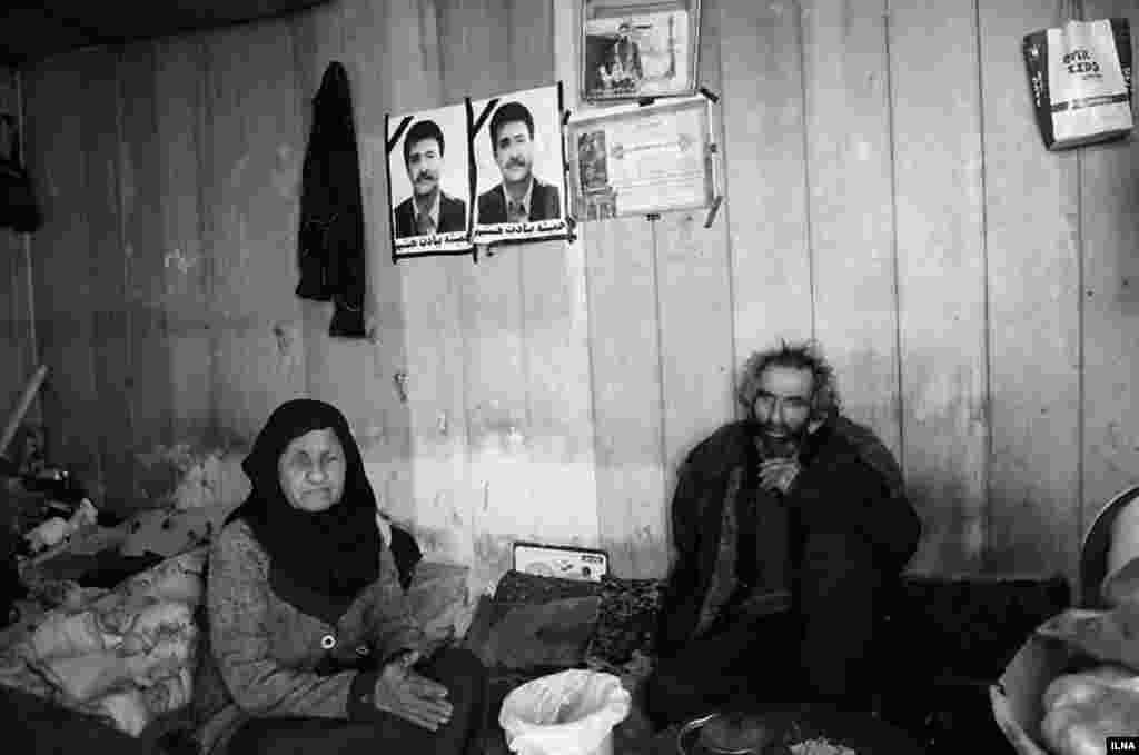 خبرگزاری ایلنا عکس این زوج فقیر را گذاشته و نوشته زندگی سخت دو سالمند در یک کانکس. گفته نشده در کدام شهد. عکس: شیرین احمدیه