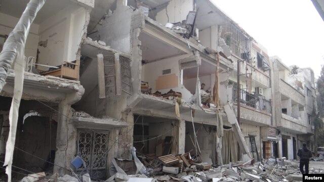Zgrada oštećena u vazdušnim napadima sirijske vojske u Erbinu, blizu Damaska