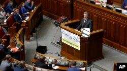 Presiden Ukraina Petro Poroshenko memberikan penjelasan kepada anggota parlemen di Kyiv, Ukraina hari Selasa (6/9).