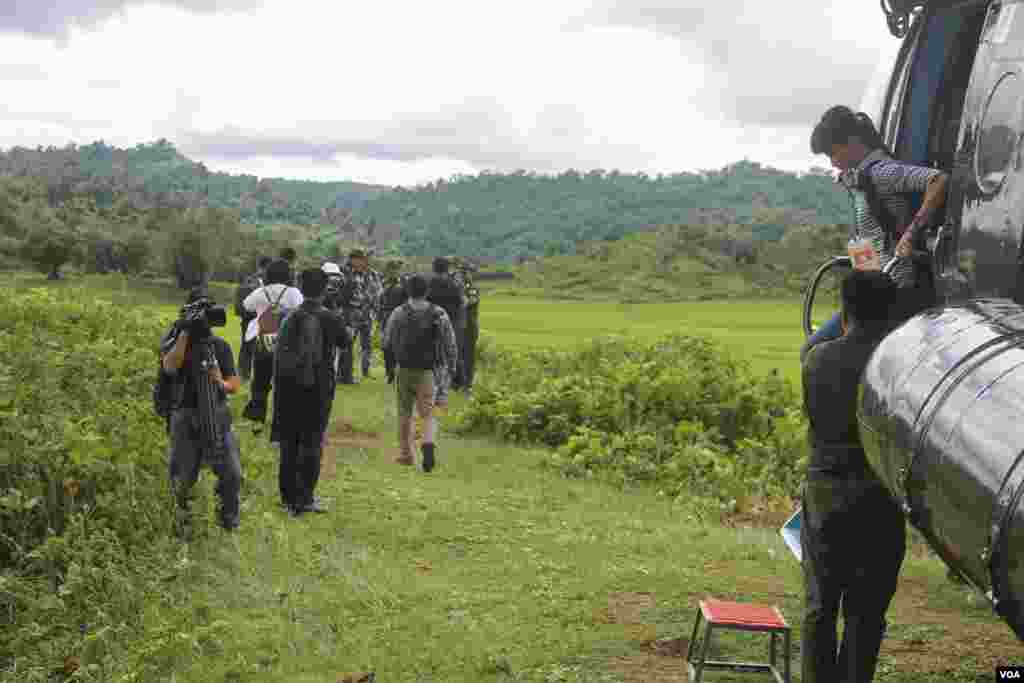 Myanmar Air force helicopter brings journalists to mass grave sites near Yebawkya village, Kamaungseik Township in Maungdaw District, Northern Rakhine State, Sept. 27, 2017. (Moe Zaw and Sithu Naing/VOA Burmese)