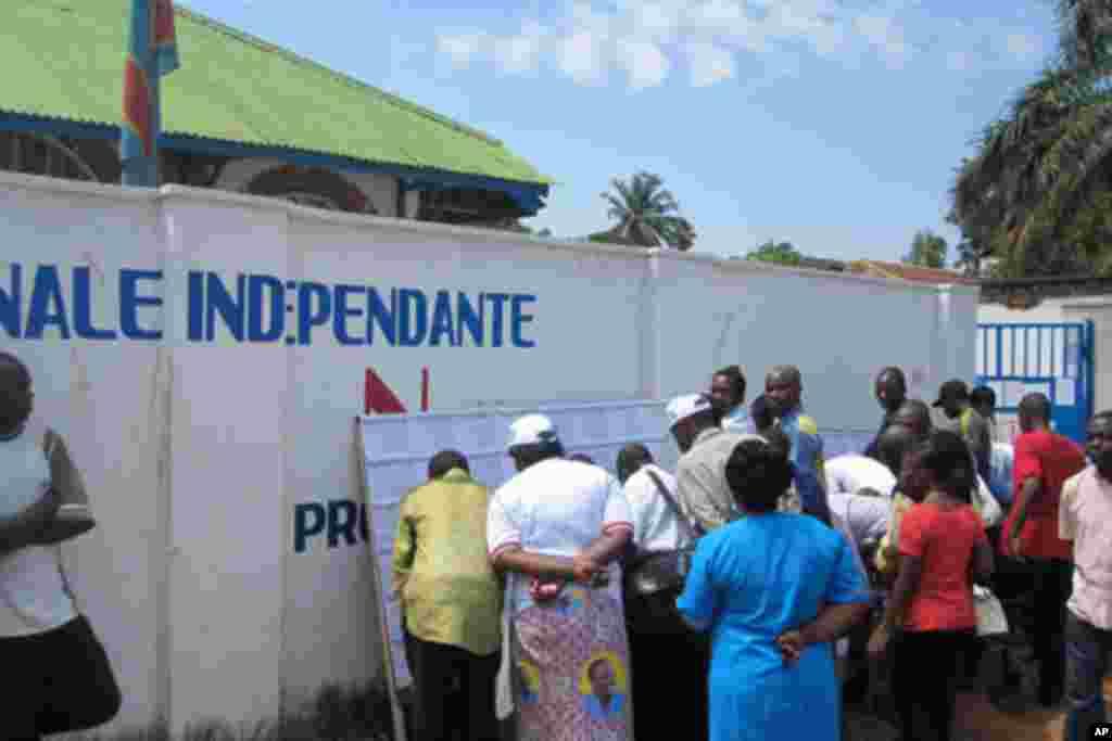 Des habitants de Lubumbashi se rassemblent devant le local de la CENI, à la recherche d'informations (novembre 2011)