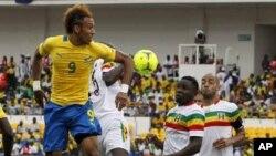 L'attaquant Pierre-Emerick Aubameyang essaie de marquer un but lors de la Coupe d'Afrique des Nations contre le Mali au Stade de L'amitié à Libreville, au Gabon, le 5 février 2012.