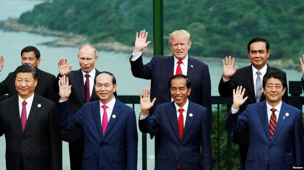 美國總統川普、中國國家主席習近平、俄羅斯總統普京、日本首相安倍晉三、越南國家主席陳大光等領導人在越南峴港舉行的亞太經合組織會議期間合影(2017年11月11日)。 上述前三人是福布斯雜誌2018年世界最具權勢75人榜上的前三名。