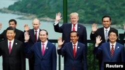 美國總統川普、中國國家主席習近平、俄羅斯總統普京、日本首相安倍晉三、越南國家主席陳大光等領導人在越南峴港舉行的亞太經合組織會議期間合影 (2017年11月11日)。上述前三人是福布斯雜誌2018年世界最具權勢75人榜上的前三名。