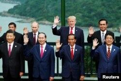美国总统川普、中国国家主席习近平、俄罗斯总统普京、日本首相安倍晋三、越南国家主席陈大光等领导人在越南岘港举行的亚太经合组织会议期间合影 (2017年11月11日)