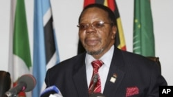President Bingu Wa Mutharika of Malawi addresses the media after closing the AU summit in Uganda's capital Kampala. (File Photo - July 27, 2010)