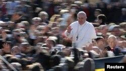 19일 바티칸에서 즉위미사를 가진 프란치스코 1세 교황이 환영인파에 답례하고 있다.