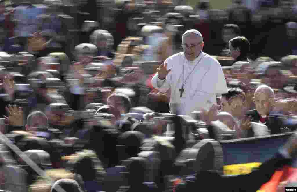 El papa Francisco saluda a la multitud desde el papamóvil a su llegada a la Plaza de San Pedro.