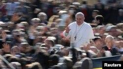 教宗方濟乘坐開篷車圍繞聖伯多祿廣場向信眾致意