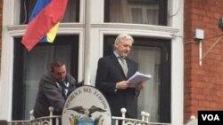 جولیان آسانژ از بالکن سفارت اکوادور برای اعلام خبرهایش استفاده می کند.