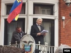 FILE - Julian Assange emerged from the Ecuadorian Embassy in London to deliver a statement from the balcony. After the statement, he went back inside, Feb. 5, 2016. (Photo: L. Ramirez / VOA)