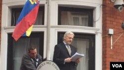 阿桑奇出现在厄瓜多尔驻伦敦大使馆的凉台上发表声明。 (2016年2月5日)